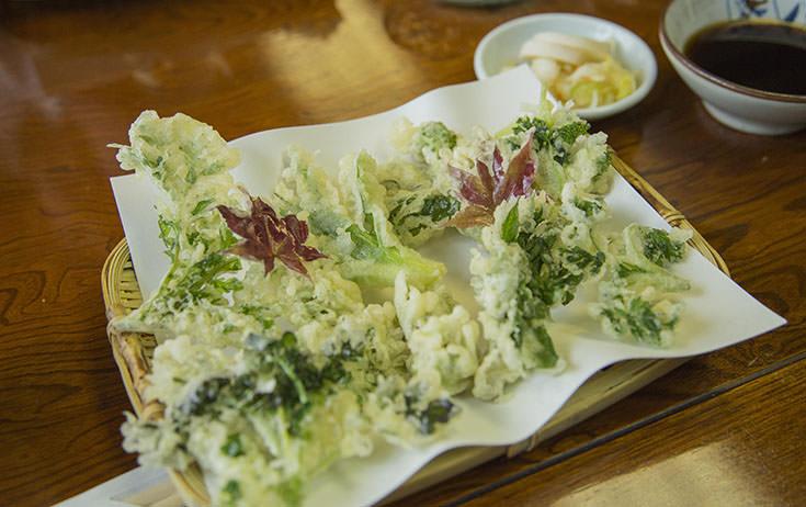 山菜天ぷらと、もりそば。